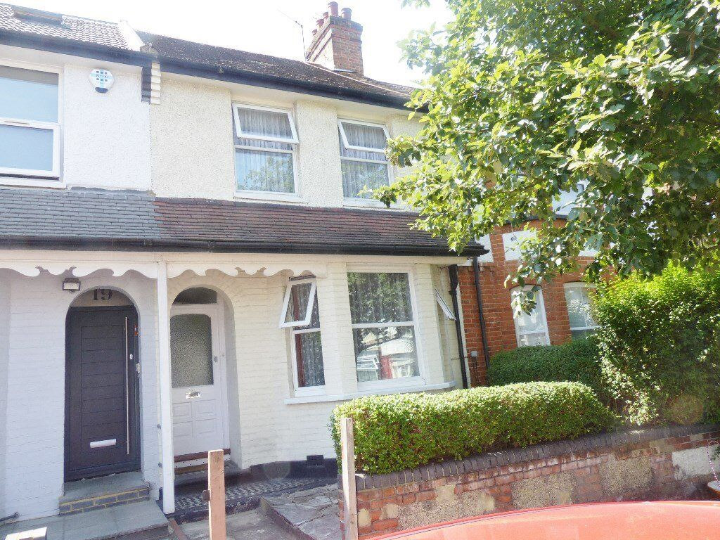 Alexandra Road Hendon - 3 Bed House close to shops