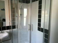 Shower tray and shower screen