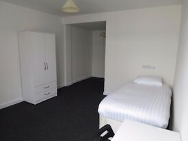 En-suite single rooms available from 01/12 in town