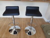 2 x black bar stools, height adjustable, in good condition