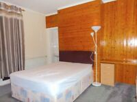 LARGE SPACIOUS DOUBLE ROOM TO RENT IN ASHFORD/LOWER FELTHAM TW15 2LR