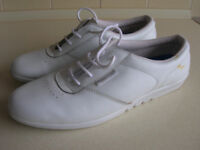 PAIR OF WHITE LEATHER FREE STEP LACE UP FLAT SHOES SIZE 8