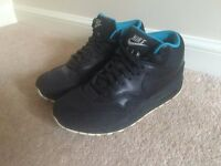 BLACK / BLUE NIKE AIR MAX TRAINERS - SIZE 9 - LIKE NEW