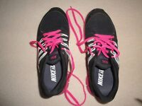 WOMEN'S/GIRL'S NIKE iD TRAINERS. BLACK/BRIGHT PINK. SIZE 6.5.
