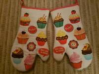 Cupcake design oven gloves great condition