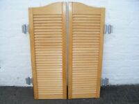Set of 2 batwing wooden slatted doors complete with dual swing hinges