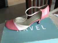 Ladies leather shoes good quality worn only couples of times size 5