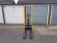 REDUCED IN PRICE BY £100 1.6m 1000kg Manual Straddle Stacker Truck