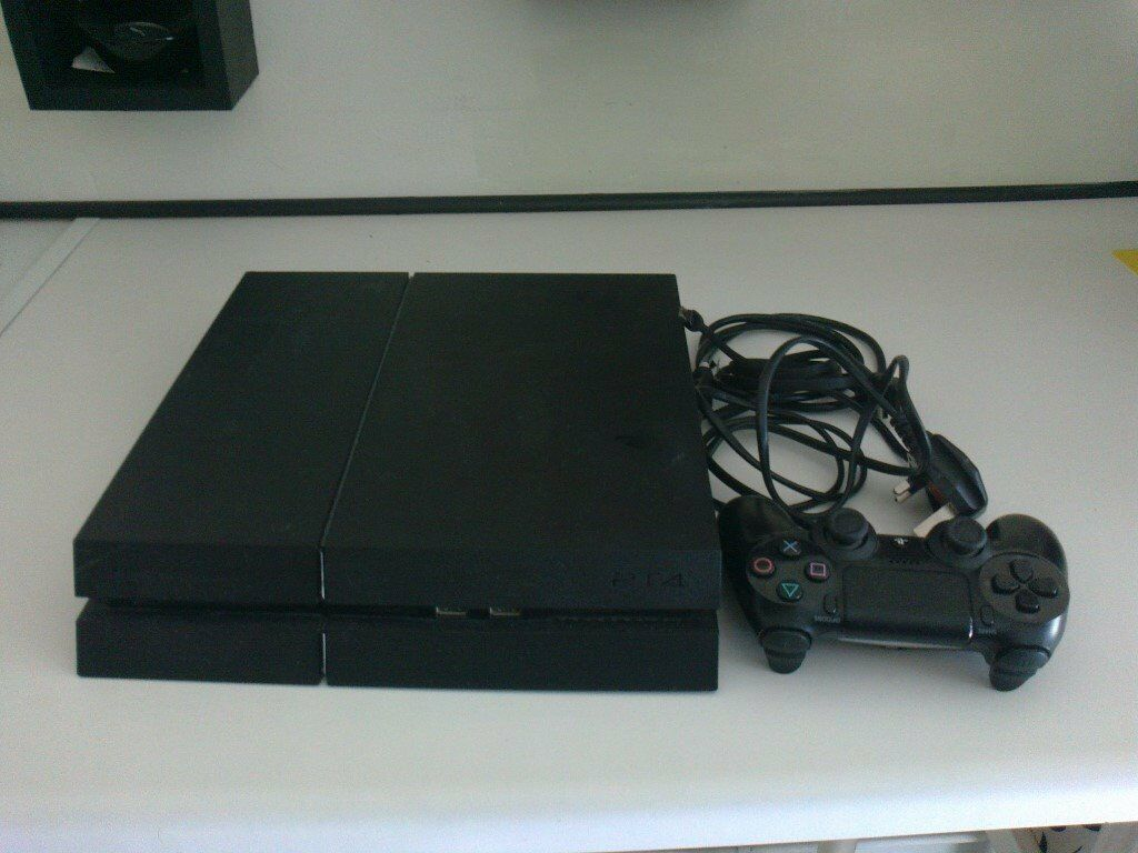 BLACK PS4 500gb CONSOLE WITH CONTROLLER AND LEADS