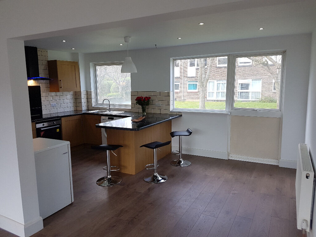 Modern 2 bed first floor flat with large study close to transport links for Croydon and London.
