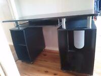 Sturdy computer desk
