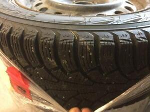 4 pneus d'hiver, Nokian, Nordman, 215/60/16, 30% d'usure, mesure 8-9/32.