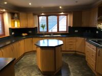 Beautiful kitchen units & worktops in excellent condition.