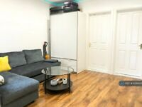 2 bedroom flat in Merton Road, London, SW18 (2 bed) (#1036435)