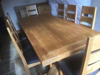 ABSOLUTELY STUNNING SOLID GOLDEN OAK DINING TABLE WITH 8 CHAIRS