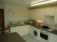 Large Bedroom with balcony in great house share on Cleavers Av, Fast Wi Fi, 4 mins walk to CMK