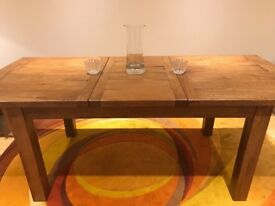 Beautiful extendable wooden table. Solid wood excellent condition