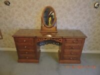 Pine kneehole dressing table with glass top, 8 drawers and free standing mirror