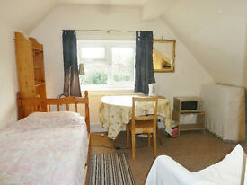 Single room in Monmouth. Shared bathroom and kitchen. Off-road parking. Town centre 10 mins walk.