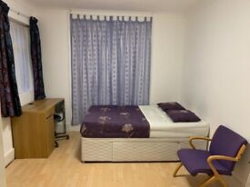 *Beautiful large on-suite room to rent in the heart of Grove Green Road, Leytonstone*