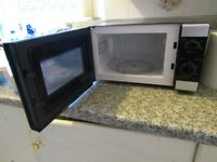 700W Microwave, 17 L, Excellent Condition, Nearly new.