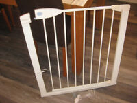 LINDAM 2 WAY EXTENDABLE STAIR GATE. GOOD CONDITION
