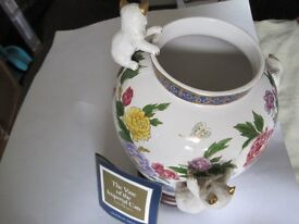 """CAT VASE BY FRANKLIN MINT """"THE VASE OF THE IMPERIAL CATS""""C/W CERTIFICATE OF AUTHENTICITY"""