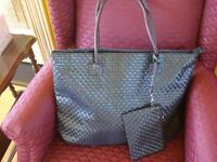 sac fourre-tout neuf  noir avec petit sac assorti 19 x 13 po.