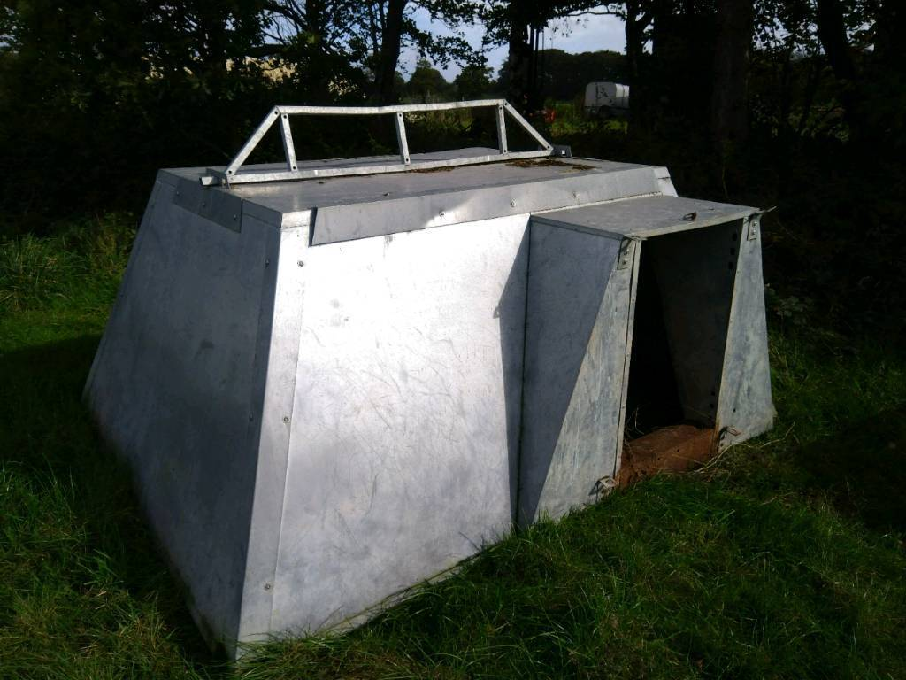 Insulated pig farrowing ark.