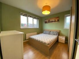 Spacious double room in shared apartment - Loughton, MK5