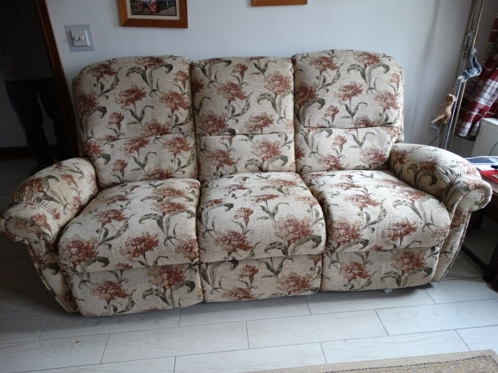A 3 Seater electric Reclining Sofa and a 2 Seater non Reclining Sofa. | in Ammanford, Carmarthenshire | Gumtree