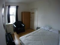 Nice double room, shiny in a 4 rooms house, Garden, 2 fridges, 1 bathroom, 1 toilet. Bills included