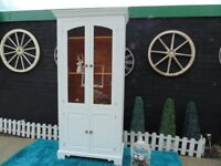 STUNNING SOLID PINE FARMHOUSE GLASS CABINET WITH 2 GLASS DOORS AND A CUPBOARD