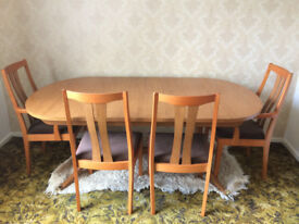 Extending dining table with 4 chairs. Excellent condition