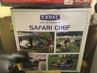 BRAND NEW. BOXED. CADAC SAFARI CHEF WITH POWER PAK 1000 AND GAS CANISTERS