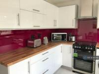 3 bedroom house in Lansbury Avenue, Feltham, TW14 (3 bed)
