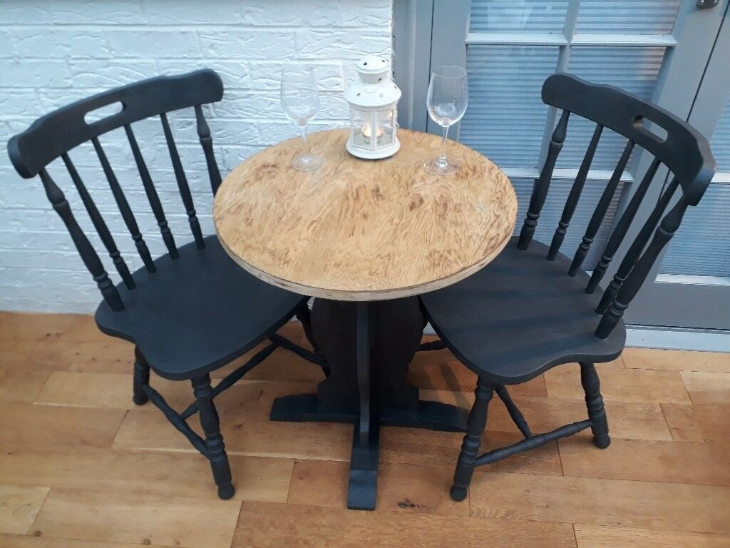 lovely solid oak round bistro/cafe table and 2x spindle back