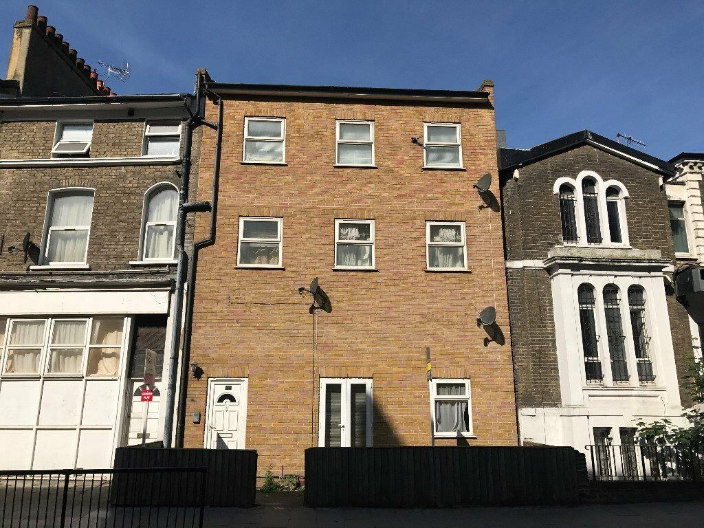 Close to Homerton Overground station, two bedroom top floor apartment, balcony.