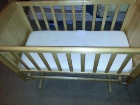 Mothercare delux gliding crib and free ergnomic bath support