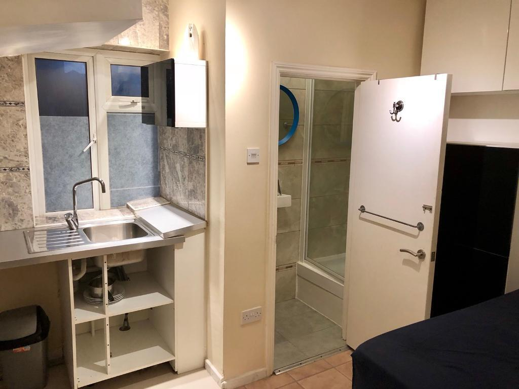 Ensuit Double room /Bedsit .free WiFi Available now