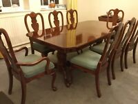 ROCHESTER PEDESTAL DINING TABLE 2 CARVERS AND 6 CHAIRS IN PRISTINE CONDITION