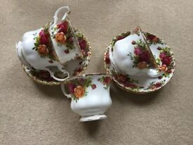 ROYAL ALBERT OLD COUNTRY ROSES CHINA 4 CUPS AND 4 SAUCERS
