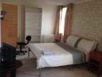 Very large comfortable room in 3 bed house close to statiom for Glasgow/ Edinburgh