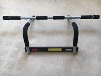 Pull up bar which fits on a door frame