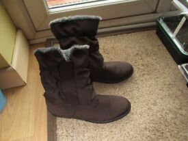 Warm winter boots, ladies, size 6.