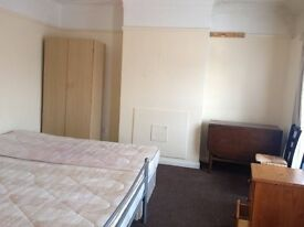 2 BED FLAT IN EAST HAM (HIGH ST NORTH). 5 MINS WALK EAST HAM STATION. £1450. HAS ROOF TERRACE