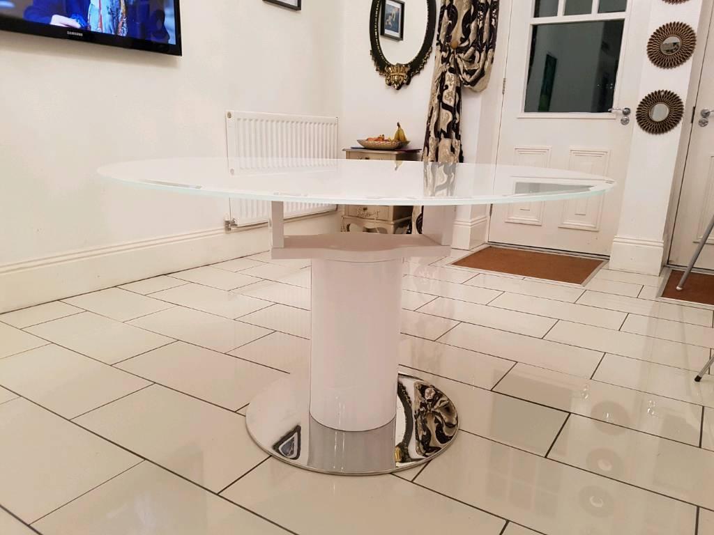 Round Dining Table inc x4 chairs (Quatropi)