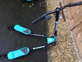 Kids 3 wheel swing scooter