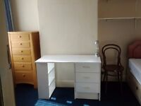 Single Room to Let, close to town centre + Uni. Suitable for students or professionals.