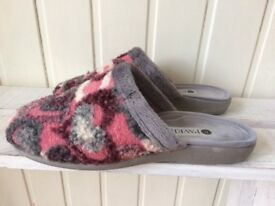 Women's slippers size 5, by pavers